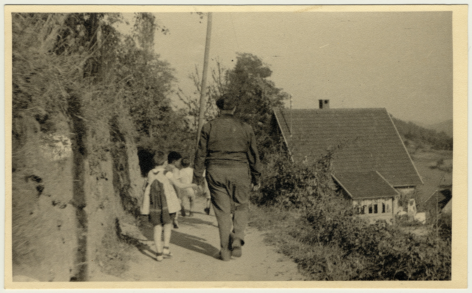 An aid worker accompanies a column of children on their walk [probably in Lindenfels].