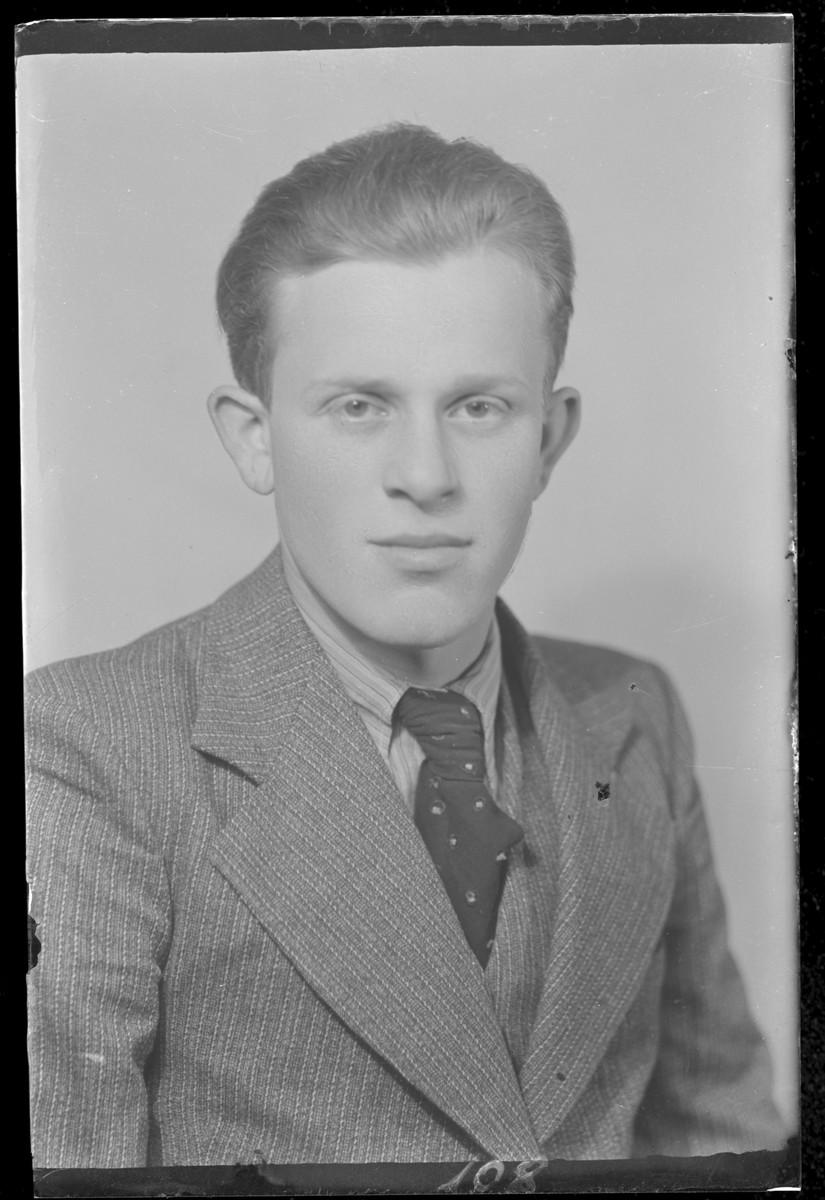 Studio portrait of Lipot Davidovits.