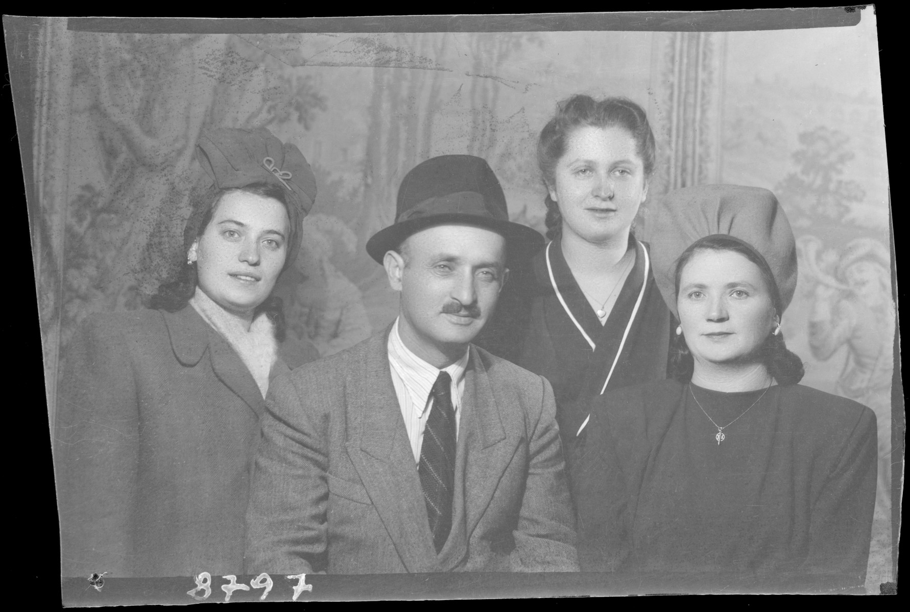 Studio portrait of the family of Mozes Berl.