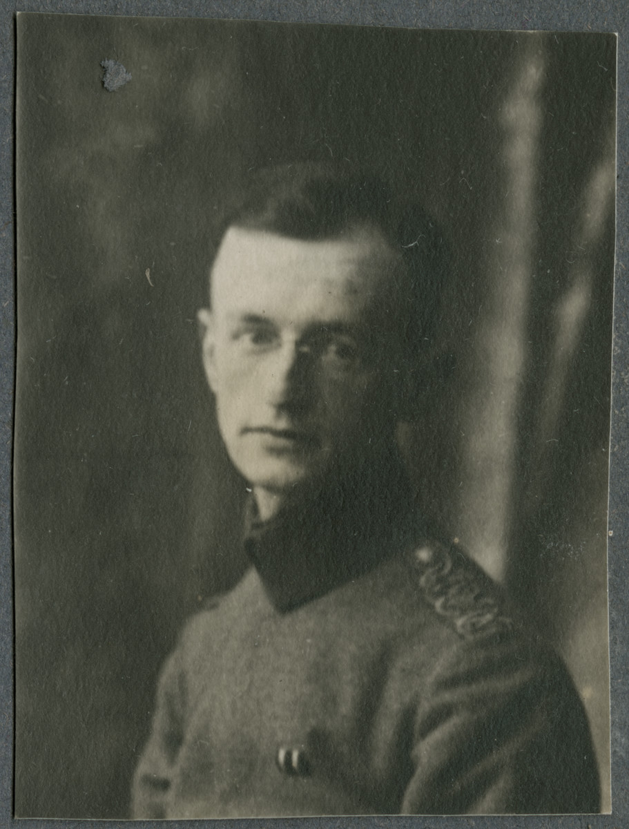 Portrait of Walter Lande in military uniform.