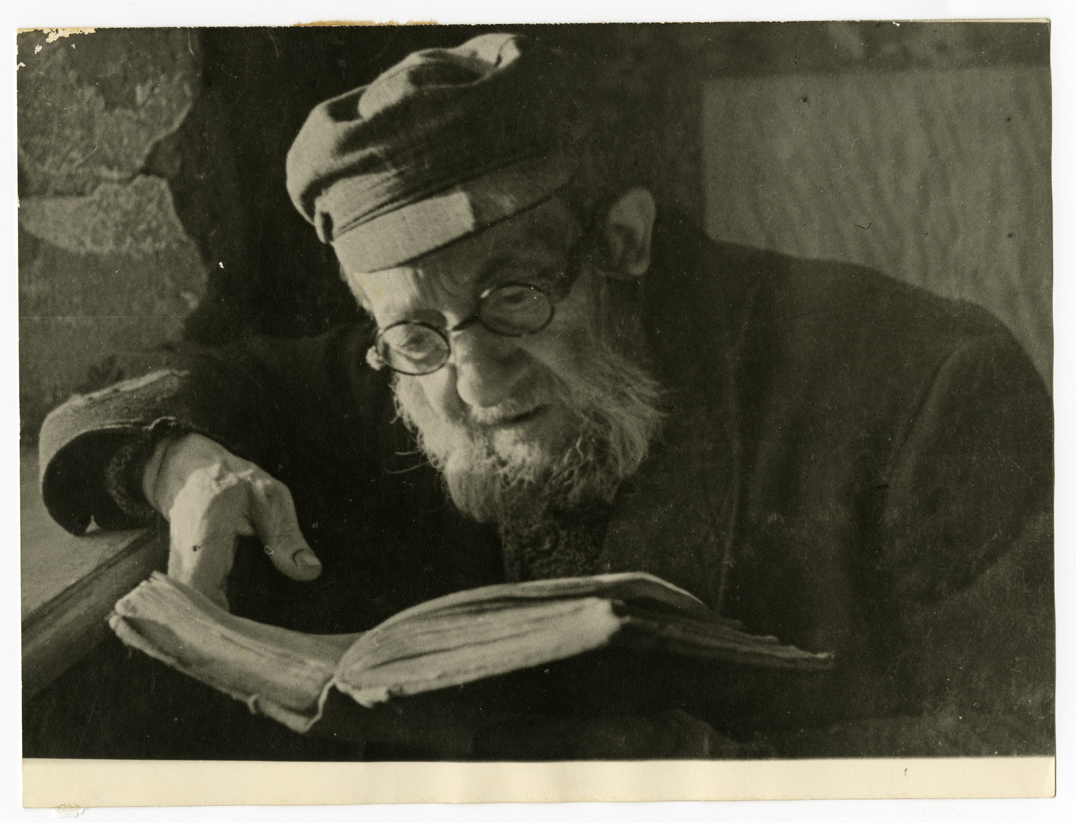Shmuel Dawid Grosman reads a book [probably in the Lodz ghetto].