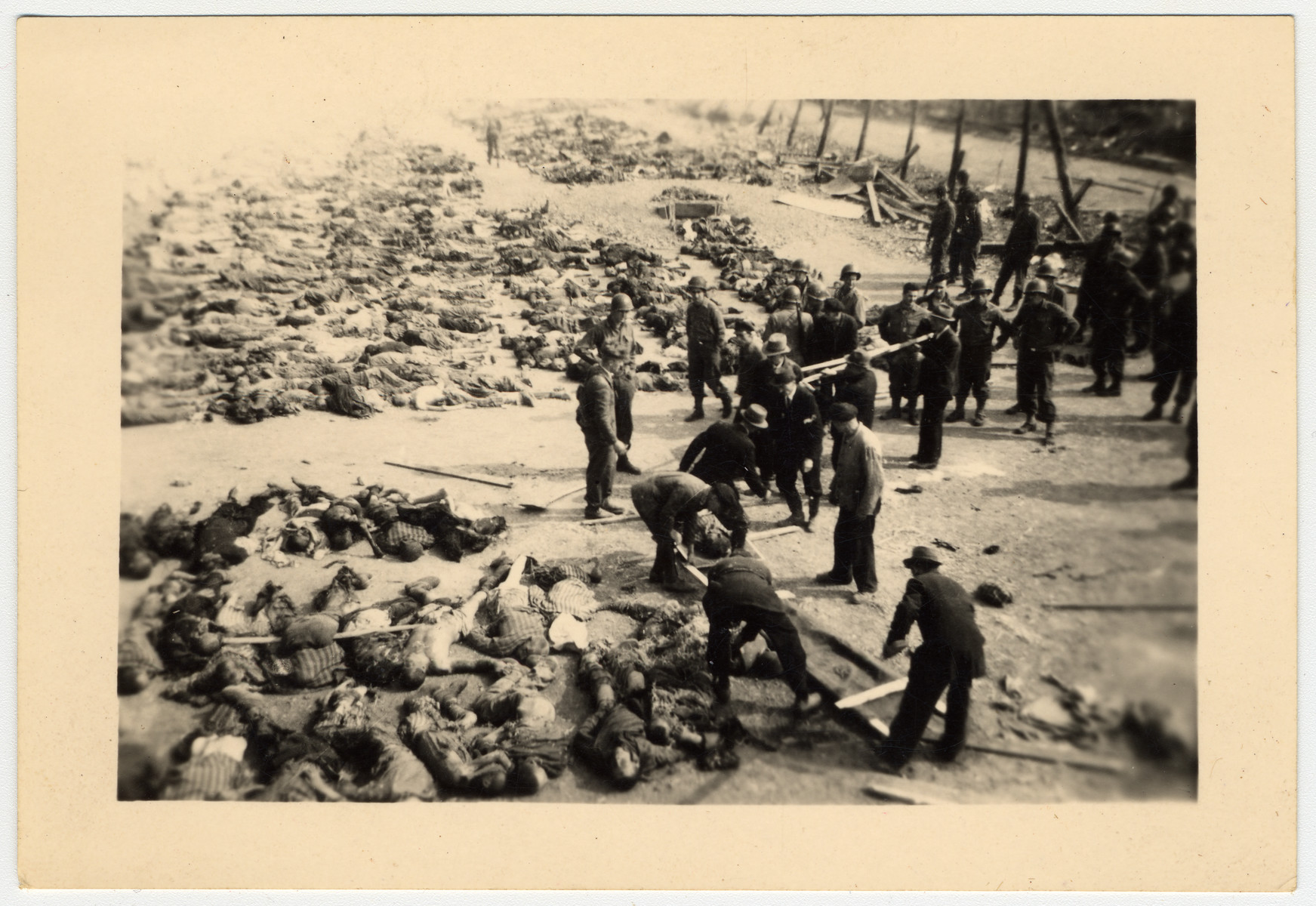 American soldiers force German civilians to bury corpses in the Nordhausen concentration camp.