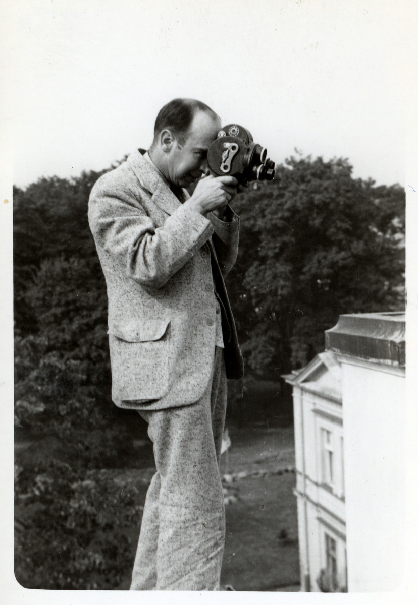 A closeup of Julien Bryan filming in the besieged city of Warsaw.