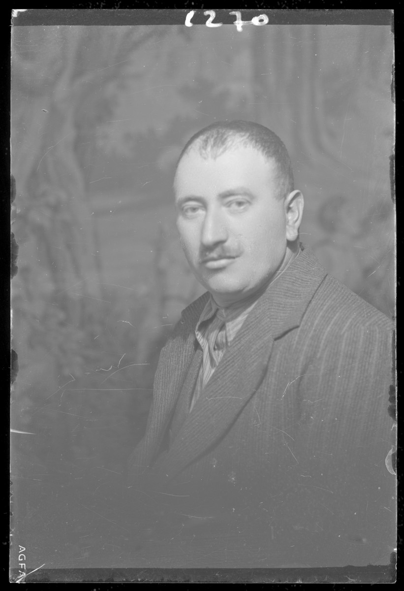 Studio portrait of Simon Felk.