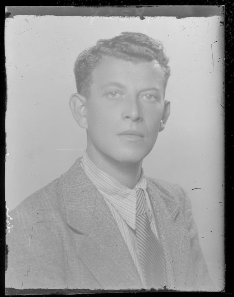 Studio portrait of Dr. Simon Menyhert.