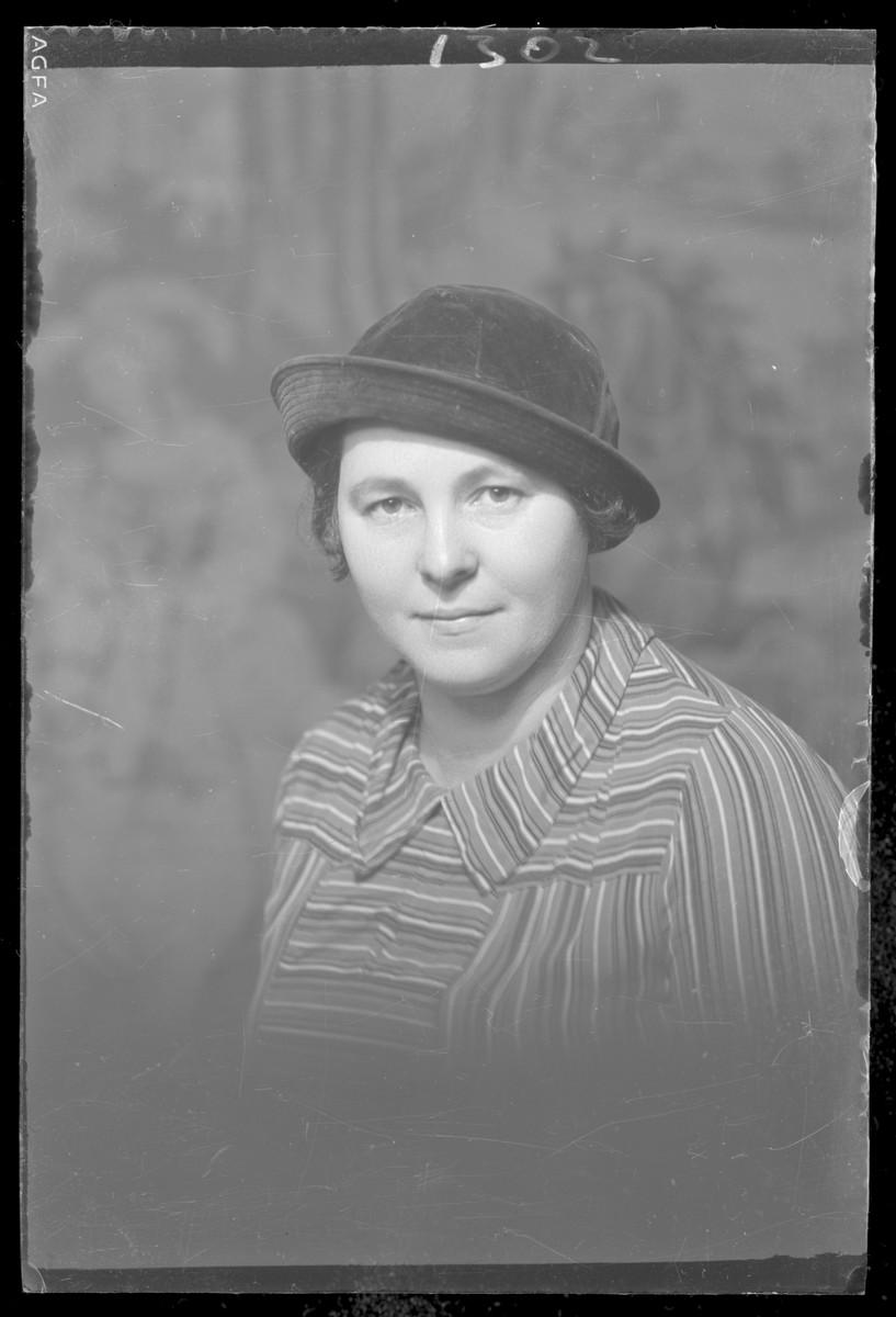 Studio portrait of Lajosne Feldheim.