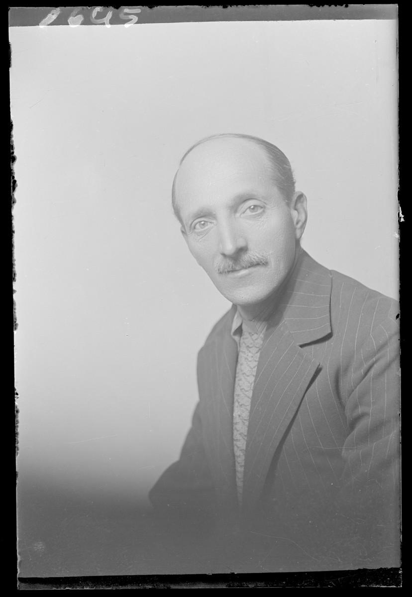 Studio portrait of Fischer.