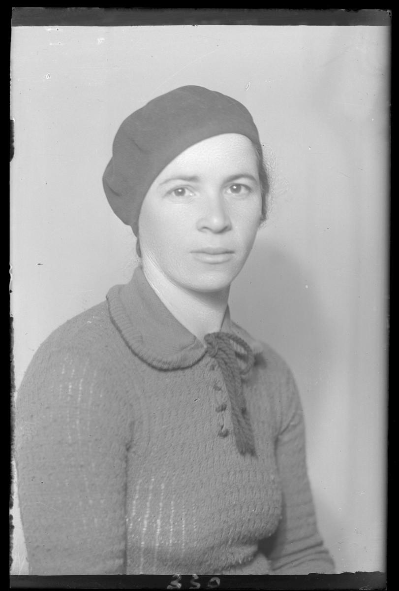 Studio portrait of Mozesne Fridman.