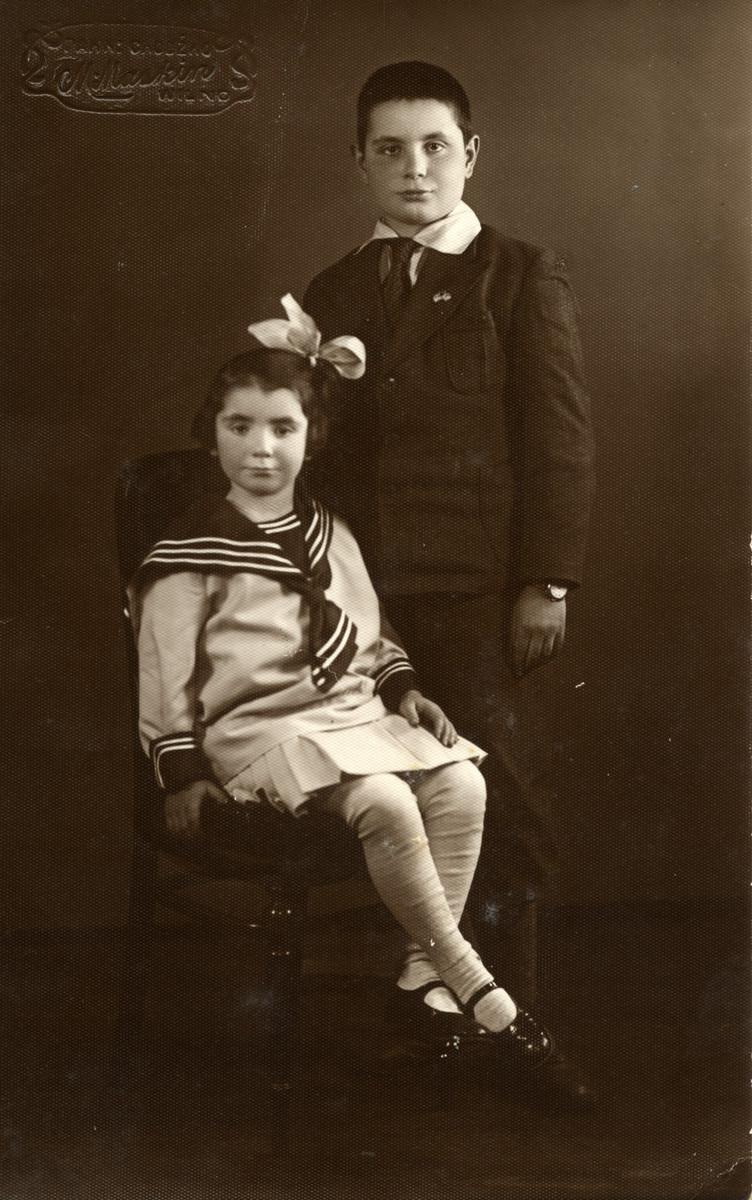 Studio portrait of Ita and Chaim Shapiro.