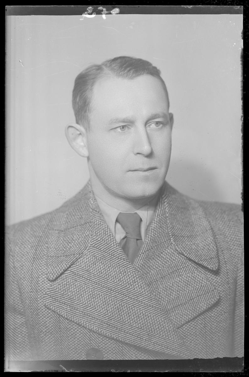 Studio portrait of Simon Rozenberg.