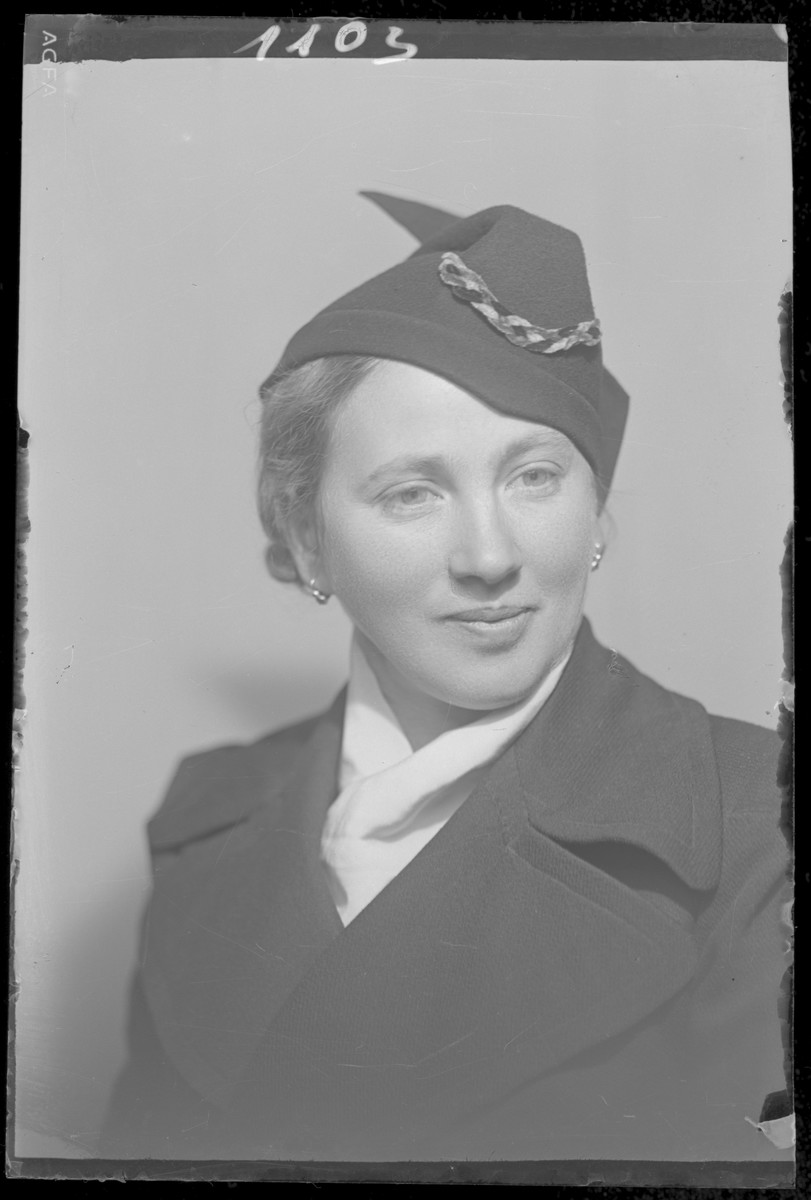 Studio portrait of Ella Schvartz.