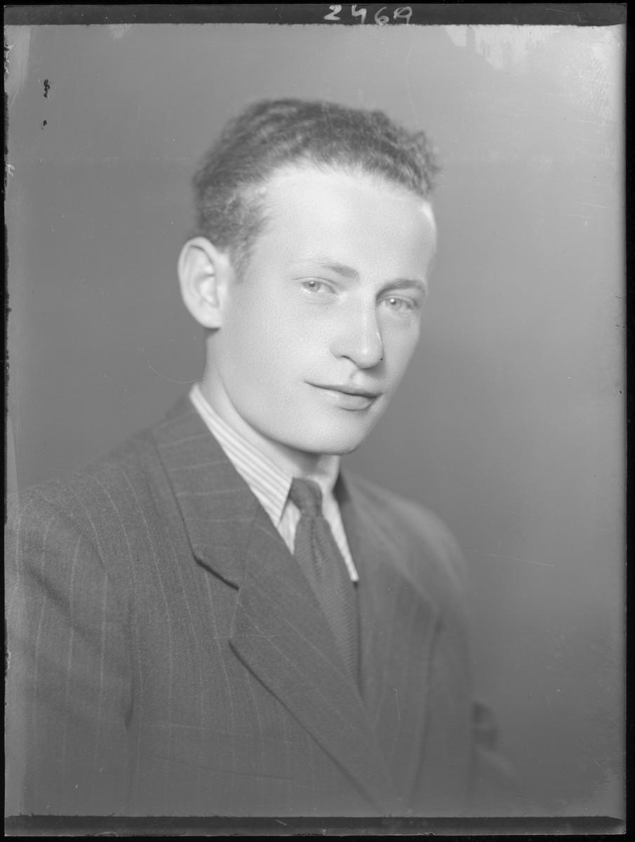 Studio portrait of Andor Schrerber.