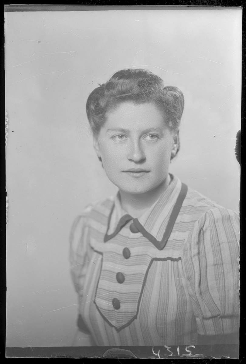 Studio portrait of Rozsi Simon.