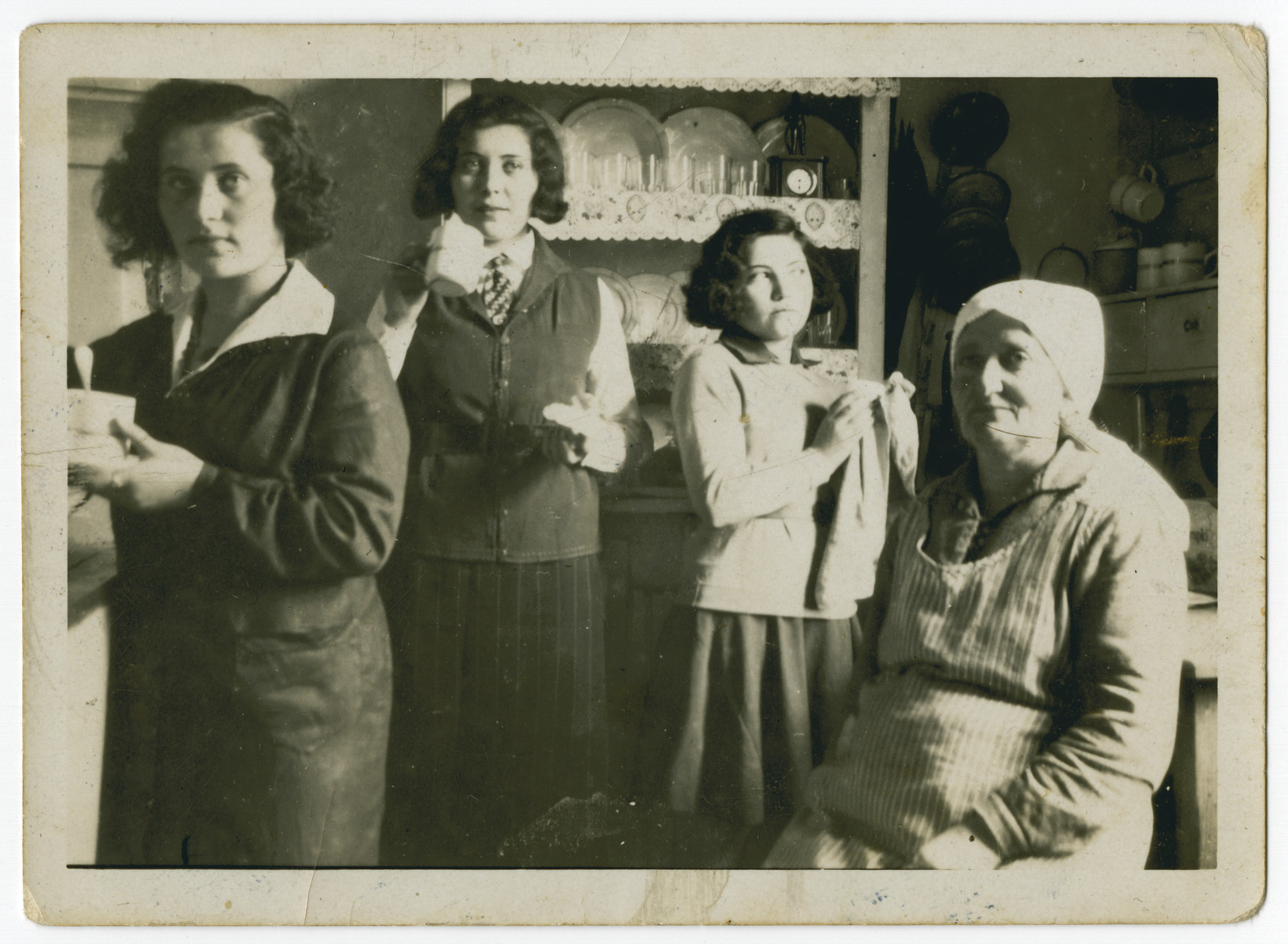 Jechet Kielmanowicz sits in her kitchen surrounded by three of her daughters.  Pictured from left to right is Ida (Jetta), Gisa, either Simcha or Esther and Jechet Kielmanowicz.