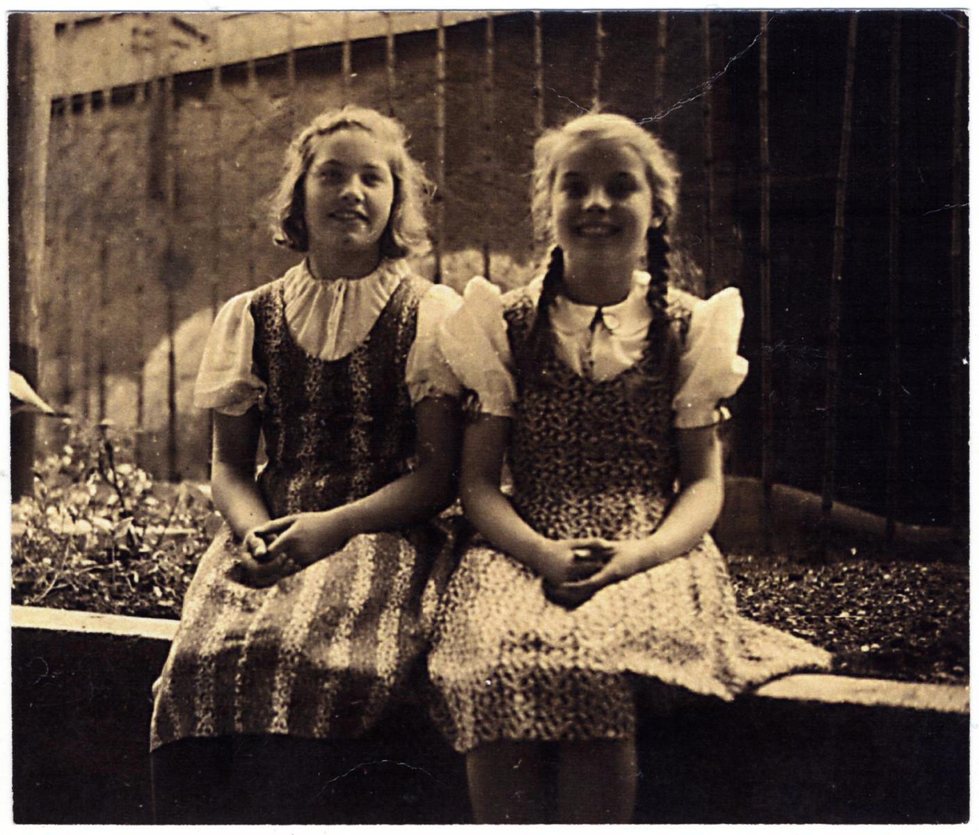 Hermine Liska (née Oberweger), right, and her friend Astrid (Tridi) Künstner.