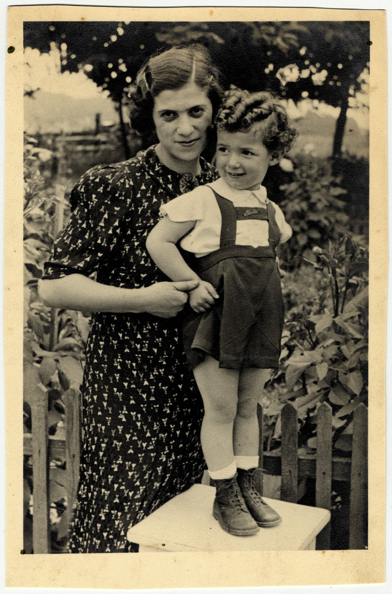 Close-up portrait of Miriam Fortes and her daughter Karla.