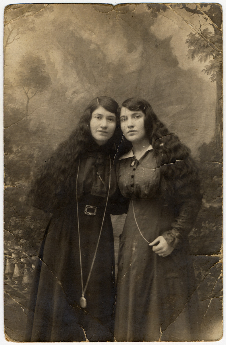 Studio portrait of the two Revinsky sisters in Eisiskes.