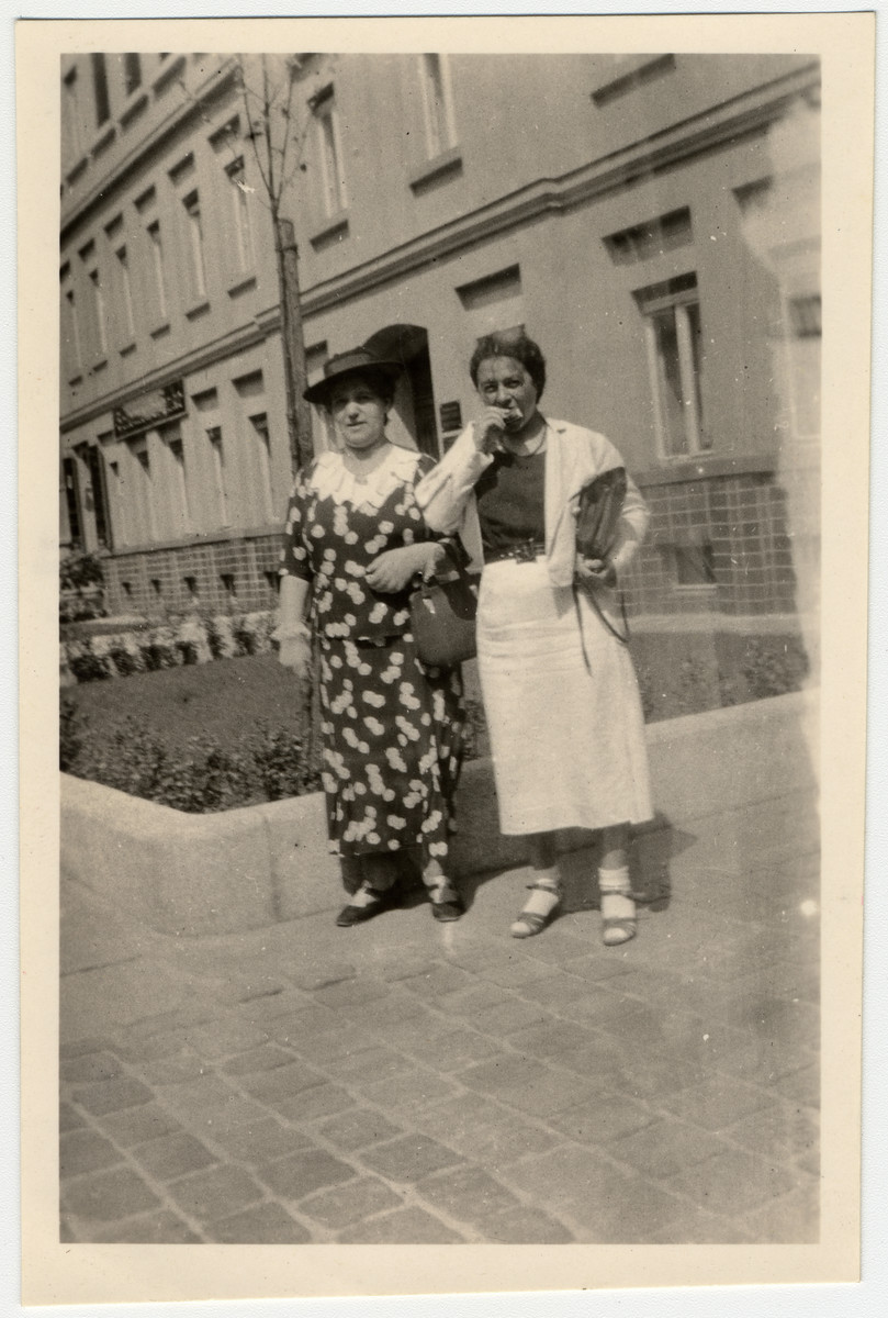 Helene Rappapor tand Mirjam pose in front of her house on Salomon Street in Leipzig.