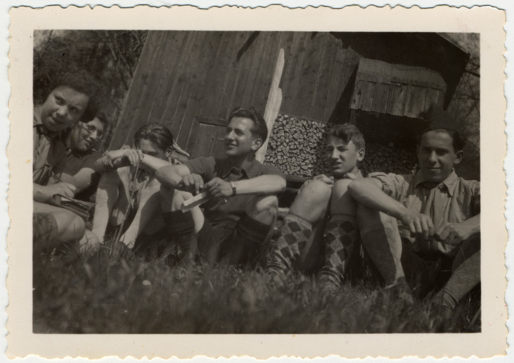 Lily Bornstein, Inge, Rudi, Yosef, Bruno Lewin, and Teddy Browar sit outdoors for a discussion at their camp in Elgg.