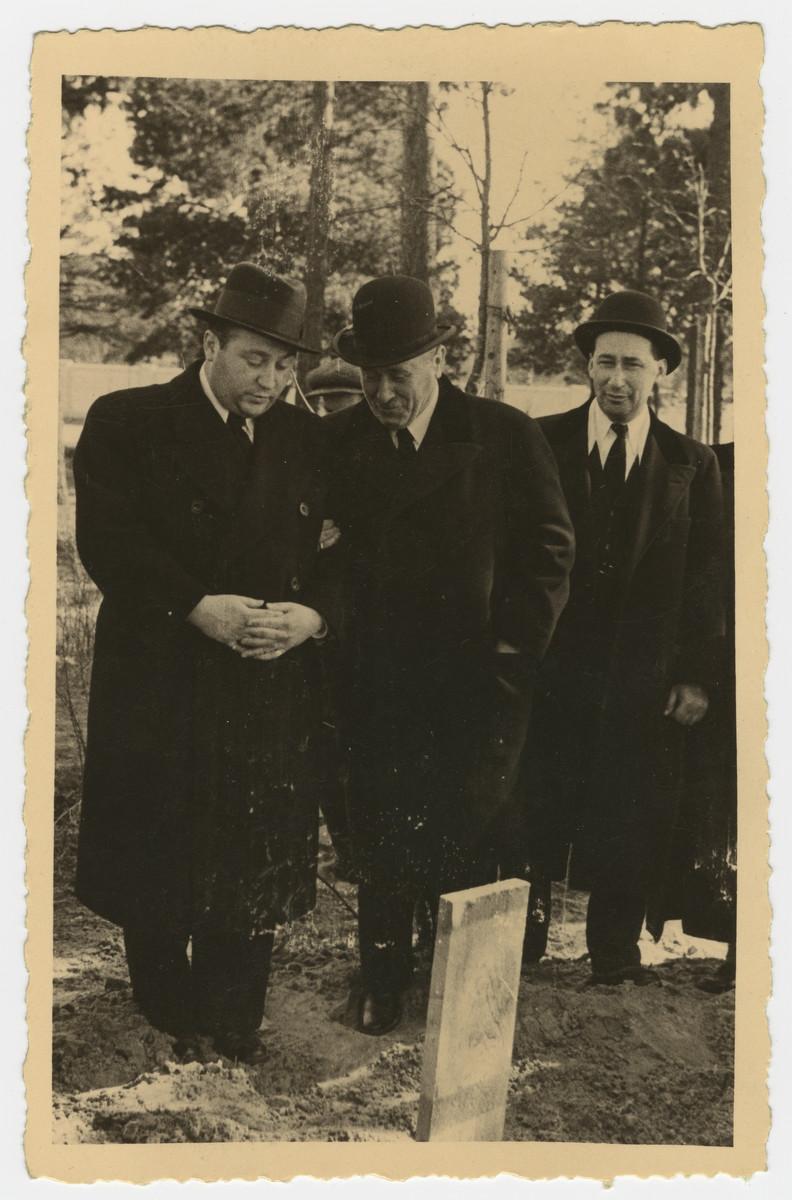 Mourners recite kaddish by the grave of Freida Albin.