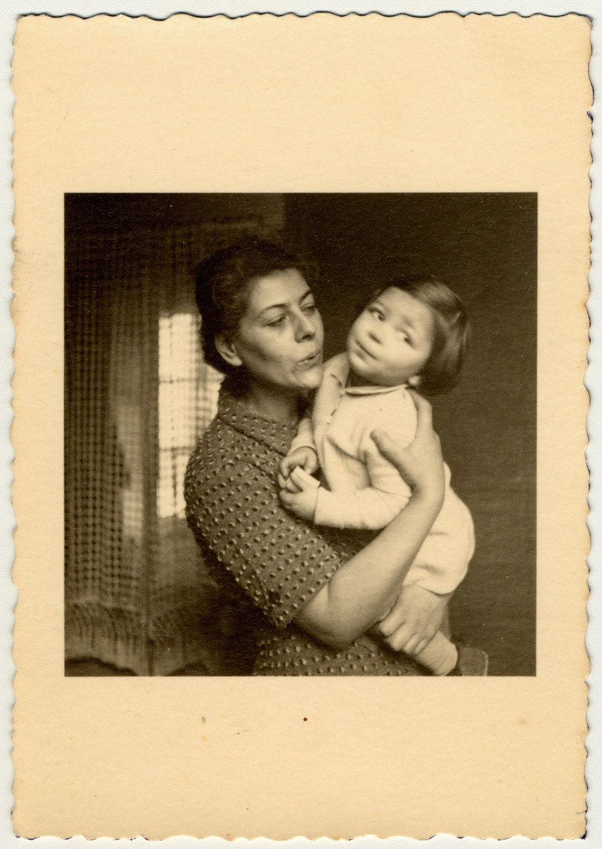 Charlotte Mendelsohn holds her young daughter Cecile.