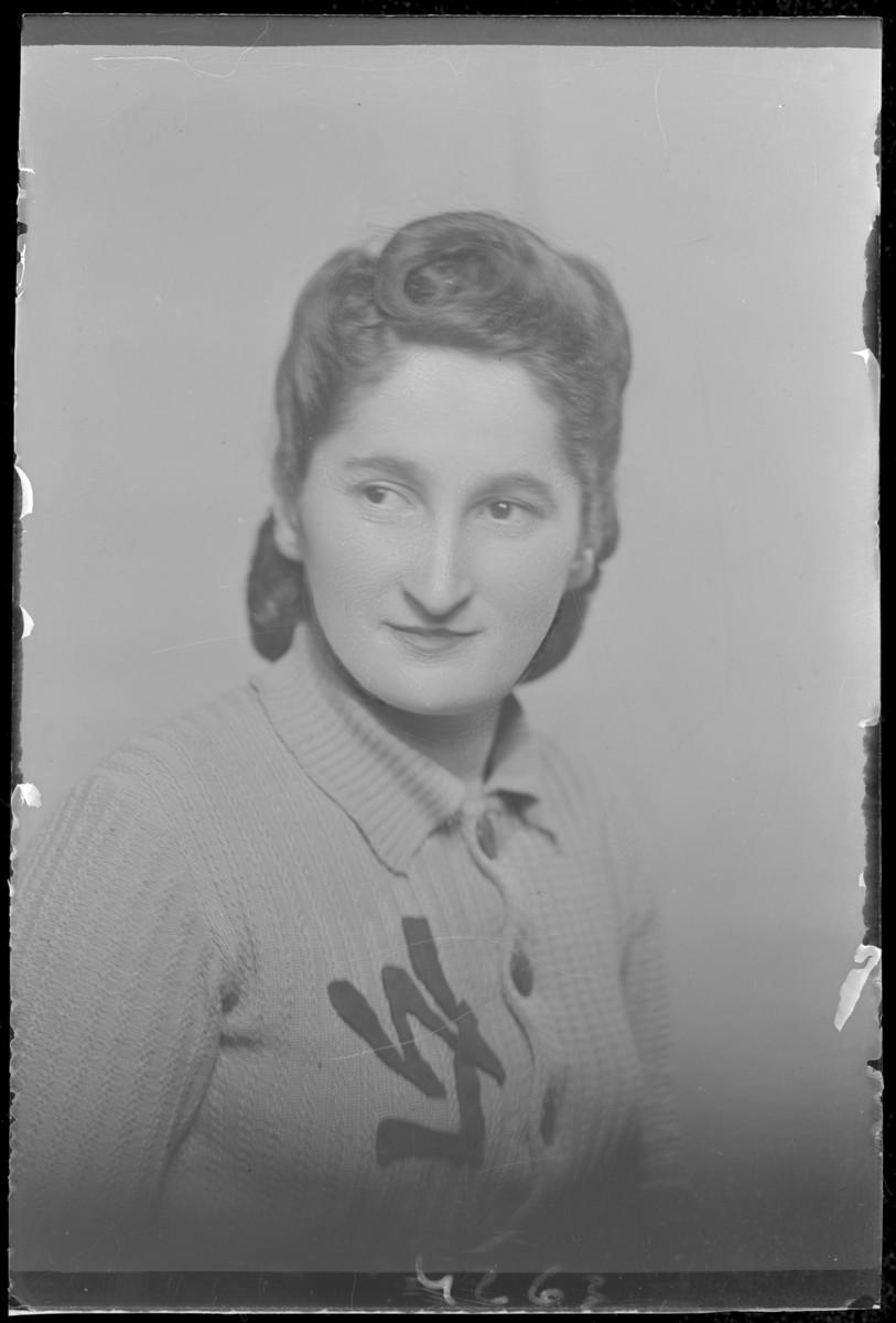 Studio portrait of Lea Weisz.