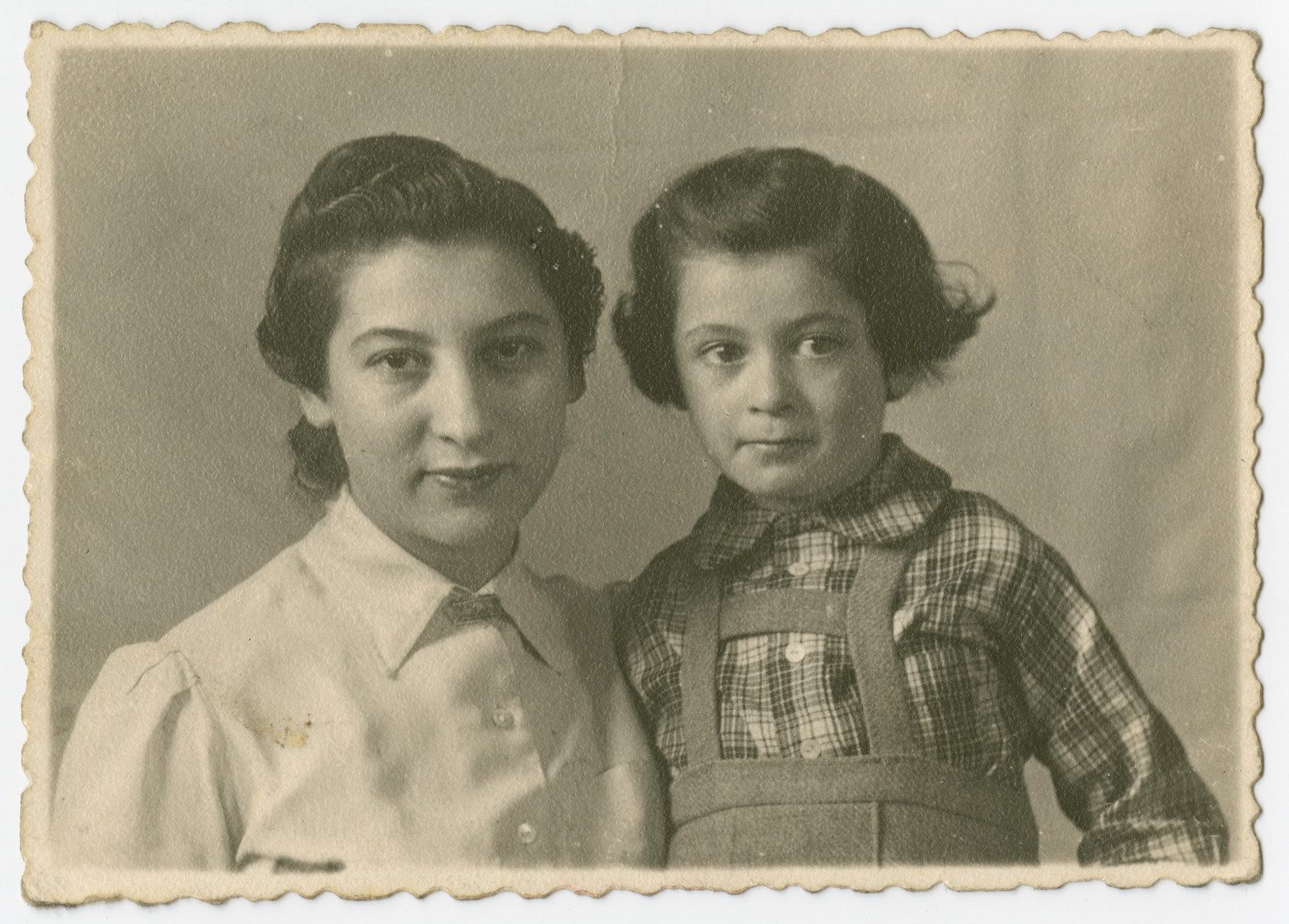Dora Rosenberg poses with her daughter in the Liebenu detention camp for foreign nationals.