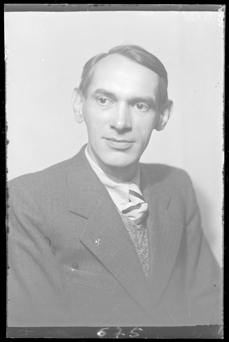 Studio portrait of Jozsef Popper.