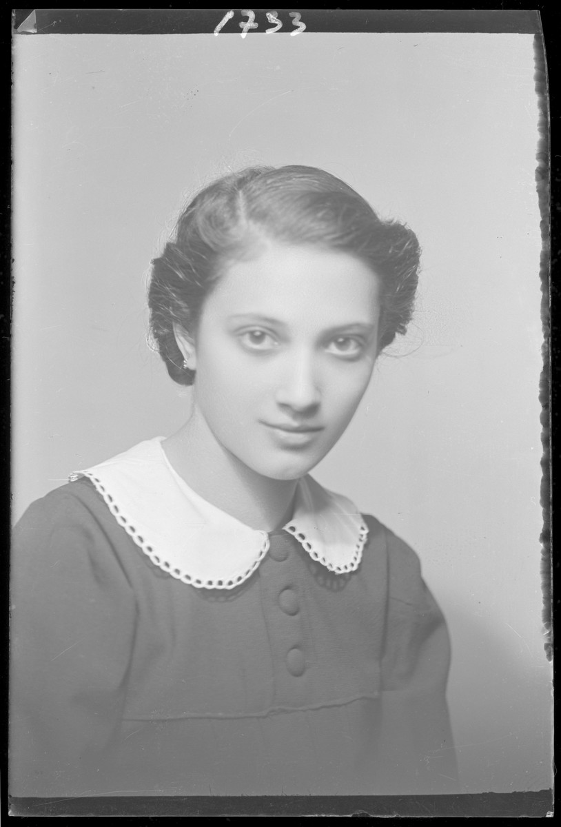 Studio portrait of Elza Muszkal.