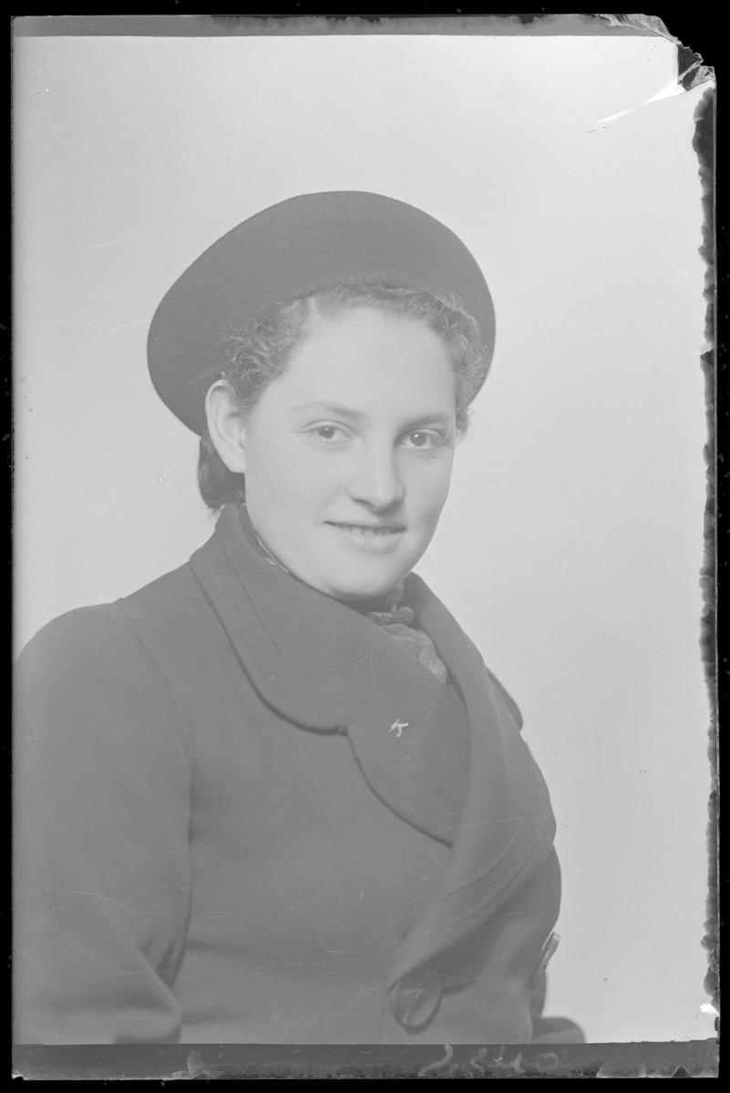 Studio portrait of Lili Mendelovits.