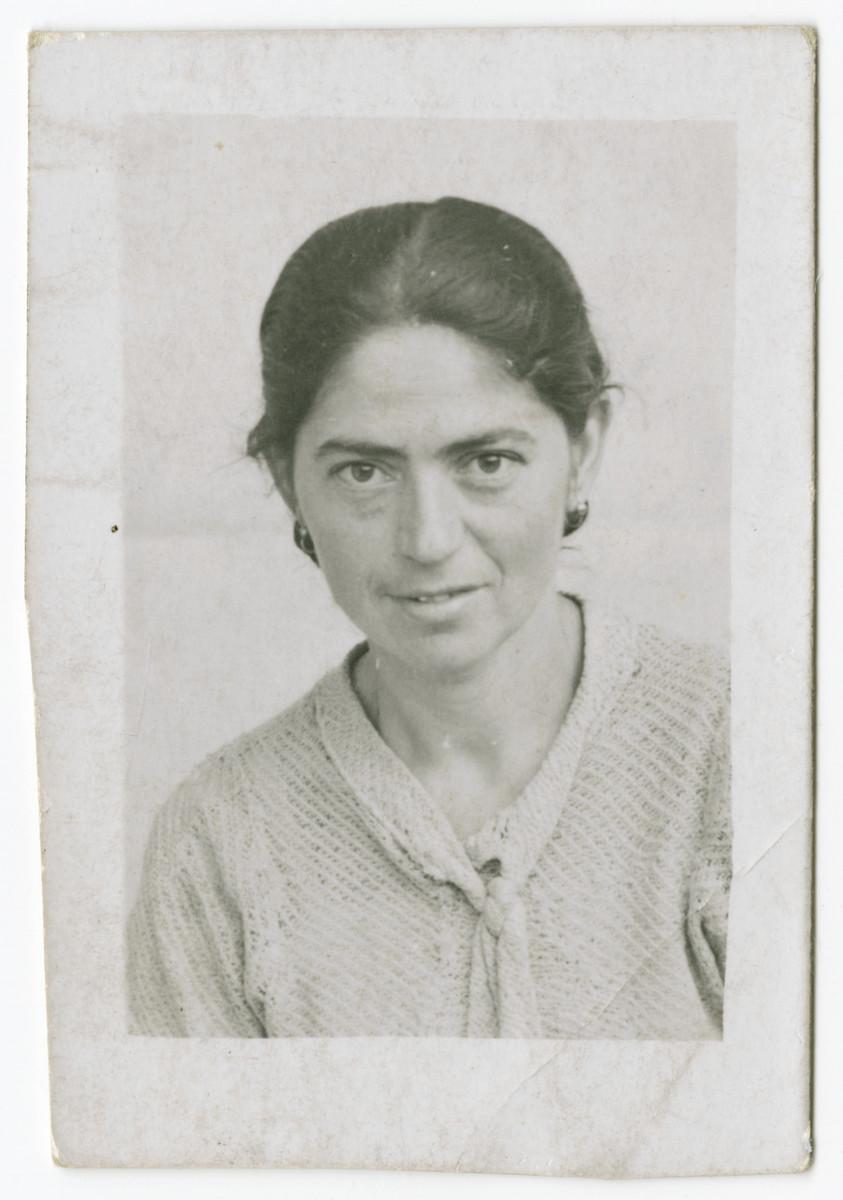 Studio portrait of Rywa Roth, possibly in the Bochnia ghetto.