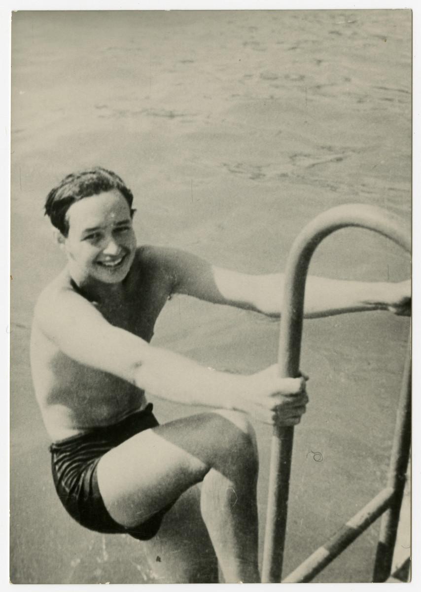 Janos (Hansi) Vjecsner climbs out of a swiming pool.