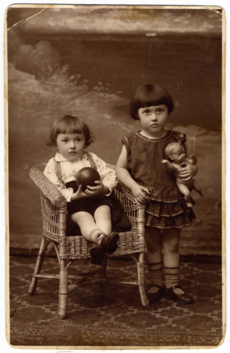 Studio portrait of Alexander (Zizkind) and Yona Wygocka.