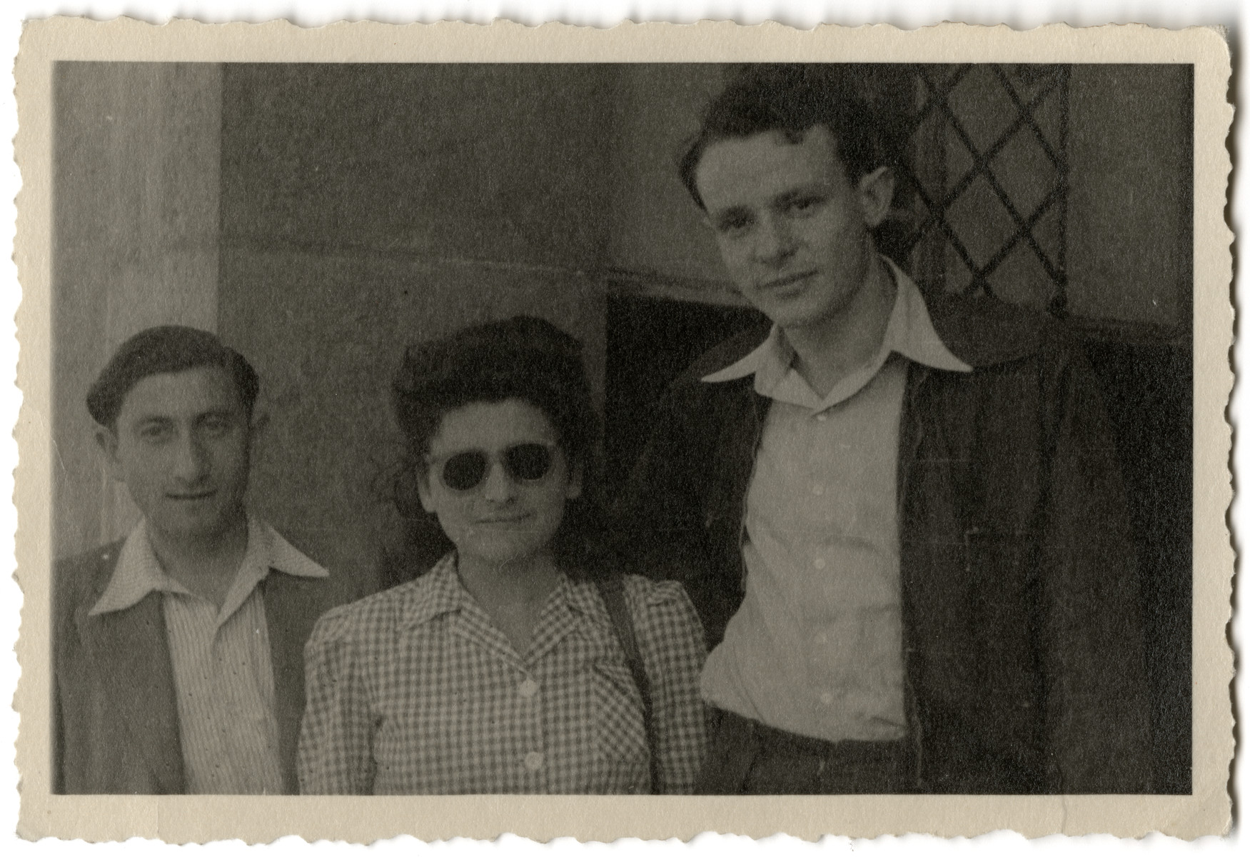 Moniek Rosen (left) poses for a picture with Shlamek Metz and an unidentified woman [possibly in New Jerusalem],   Shlamek died defending Jerusalem in the Israeli War of Independence.