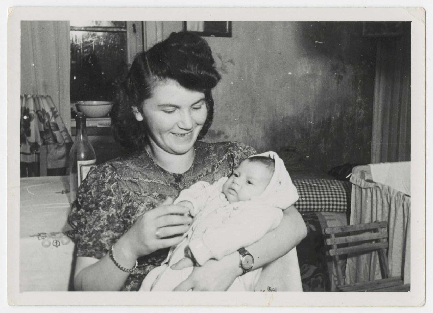 Anna Rosenzweig holds her baby daughter Faye.