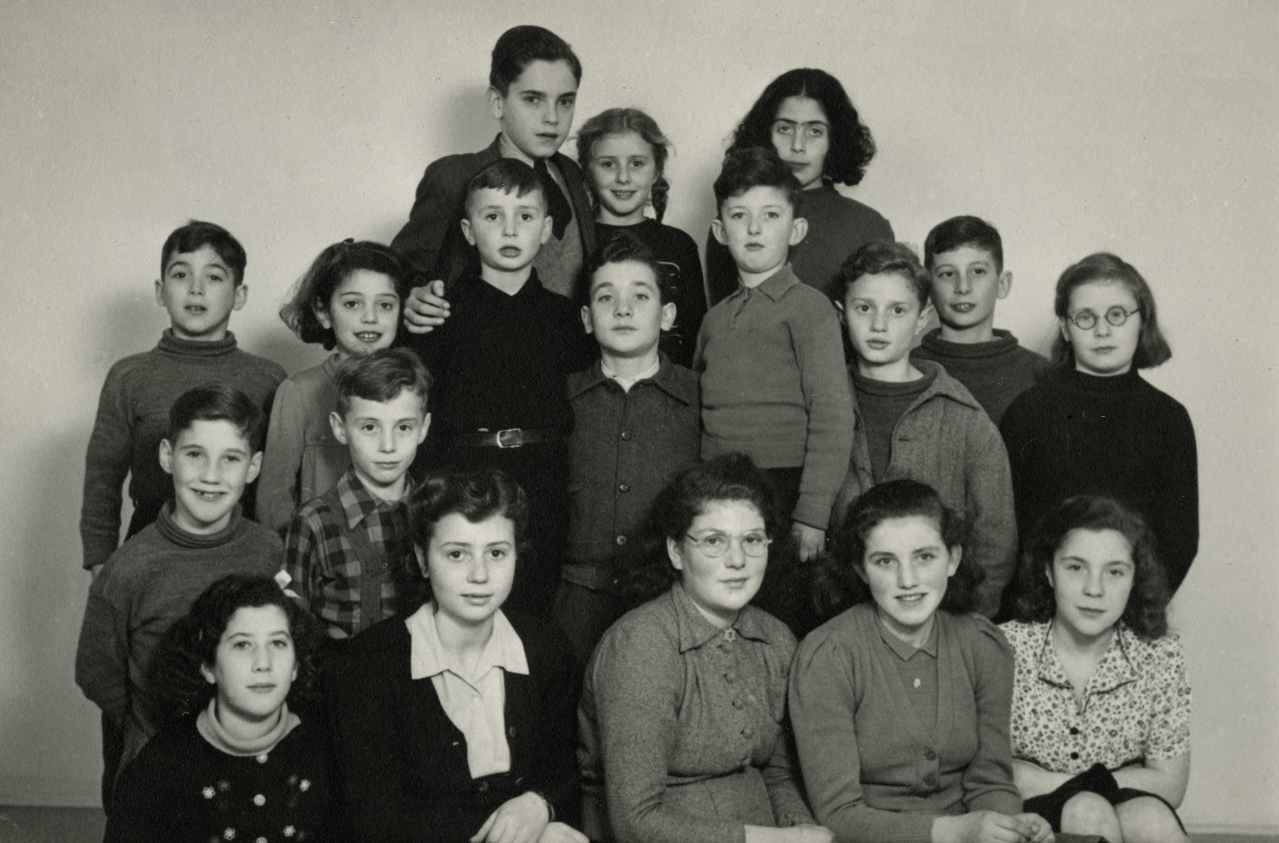 Group portrait of the children in the Birnbaum postwar orphanage.  Pictured (left to right) Front row: Frieda Rosengarten (Levy), Regina Birnbaum, Ursula Breslau, Trude Stein and Hetty Konyn. Second row: Api Konjn, Haim Linder, Samuel (Sampi) Birnbaum, Albert Blumenthat, Chaim, Steienberg, Jo Kauveren (Azi Tzedek) and Marion Blumenthal (Lazan). Third row: Alfred Heymann, Reine Steine, Nechama Davids, Suzy Birnbaum and Eva Stein.