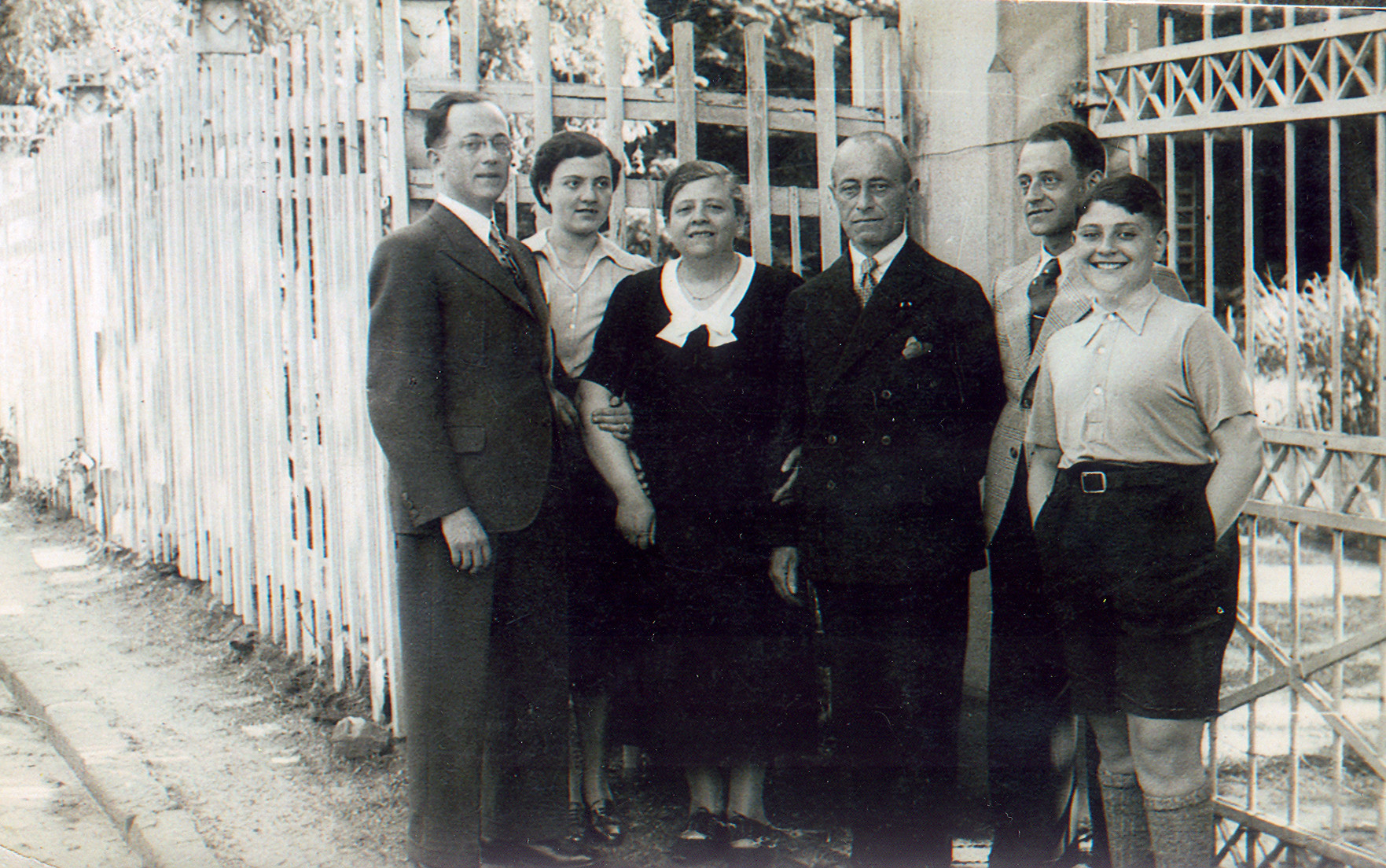 Group portrait of a German Jewish family.  Pictured in the center are parents Hedwig and Moritz Oppenheimer, with their children Paul (far left), Elsie (second from left), Hans (second from right) and Fritz (far right).