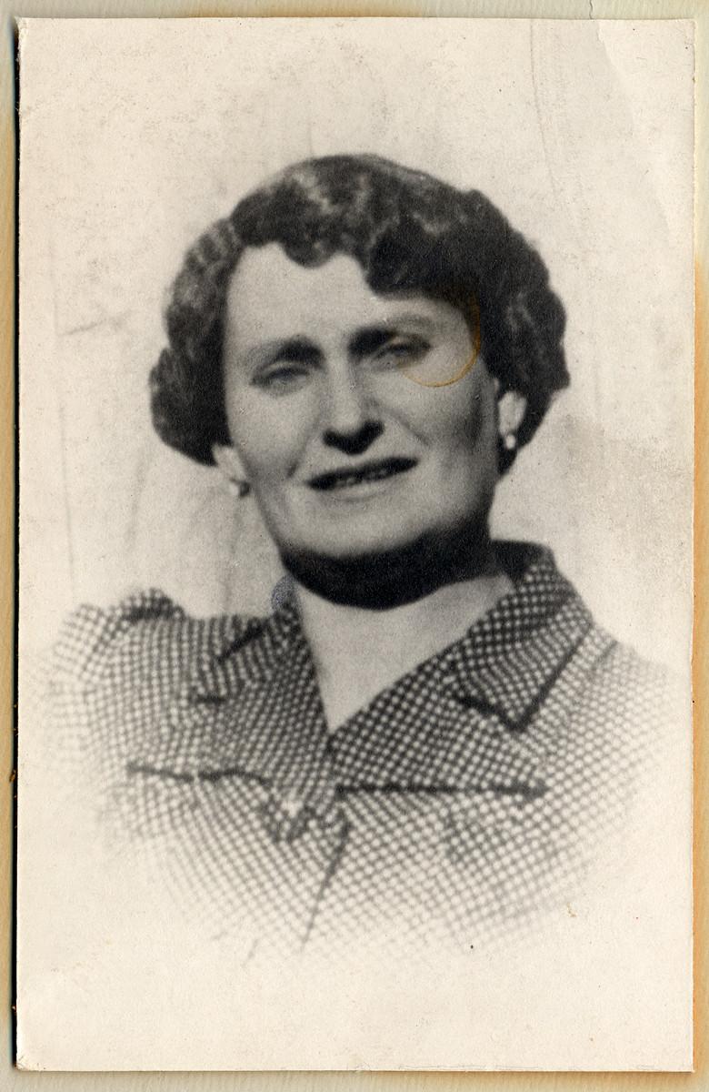 Studio portrait of Deborah Weisz Kuttner.