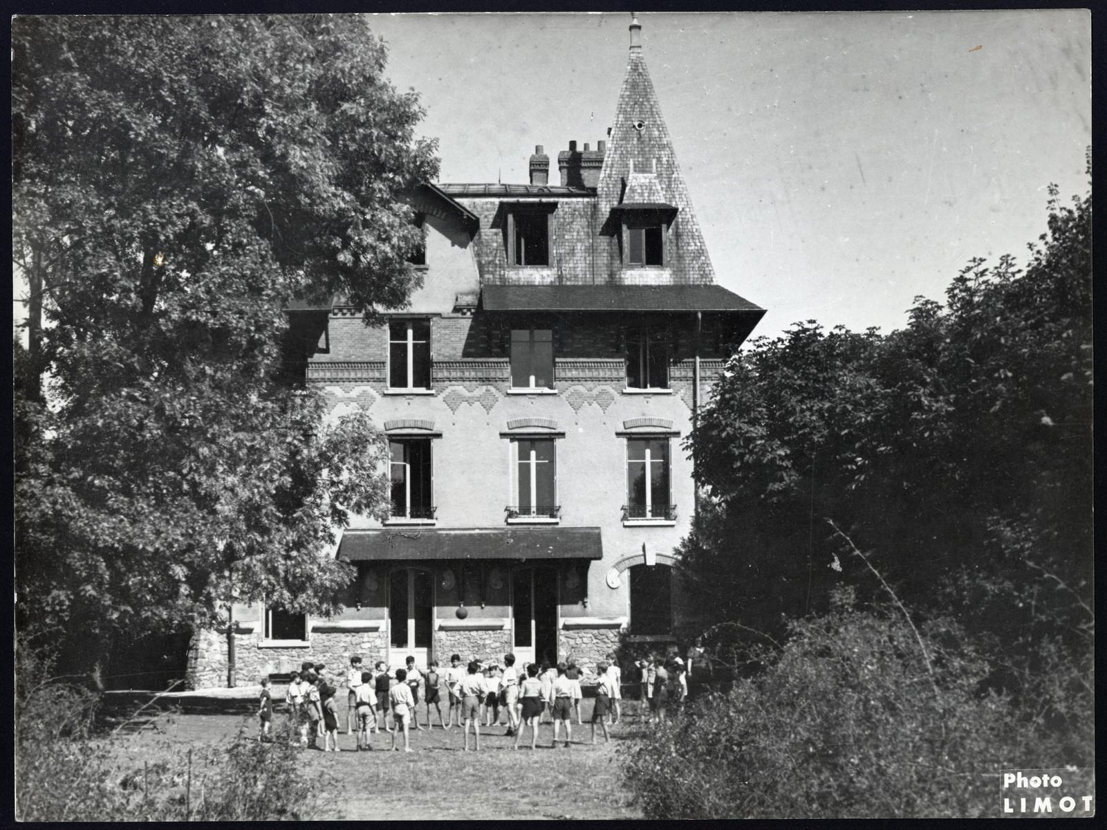 Children gather outside the Draveil postwar OSE children's home.