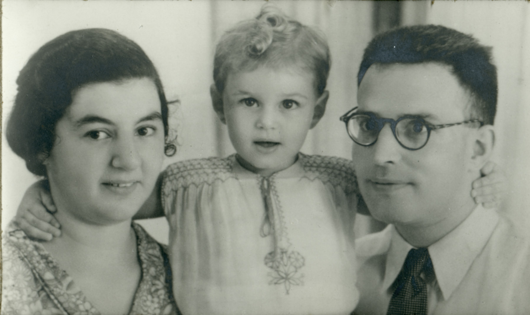 Close-up portrait of the Beninnga family, Dutch Jewish refugees in Indonesia.  Pictured are Lena, Chana and Noah Benninga.
