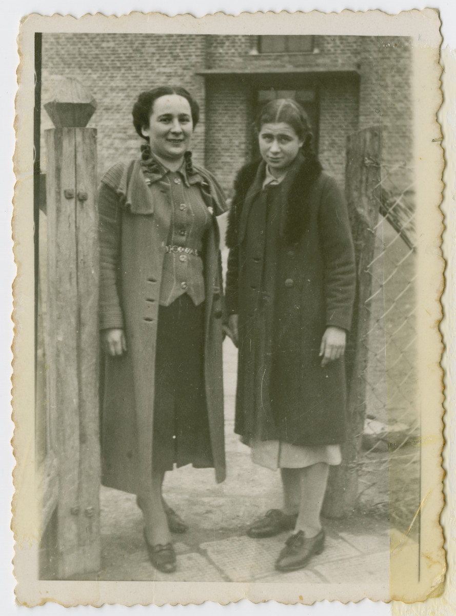 Prewar photo of Danka Perelmuter with her older sister [probably Chajcza].