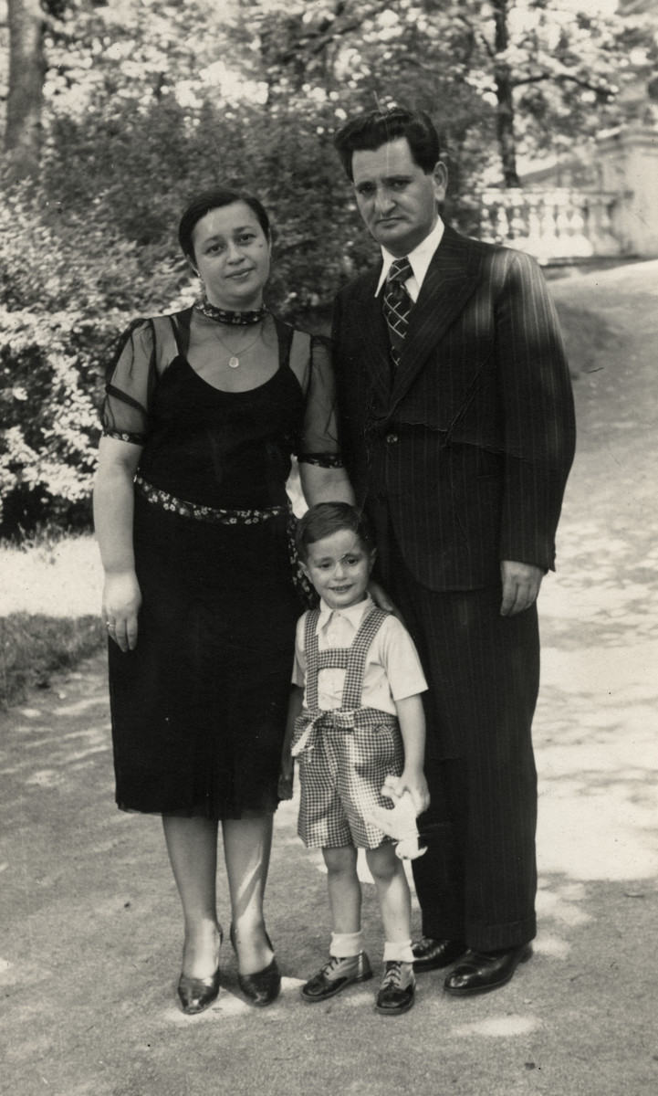 Portrait of Maurice, Esther and Vladimir Weeg outside an estate.