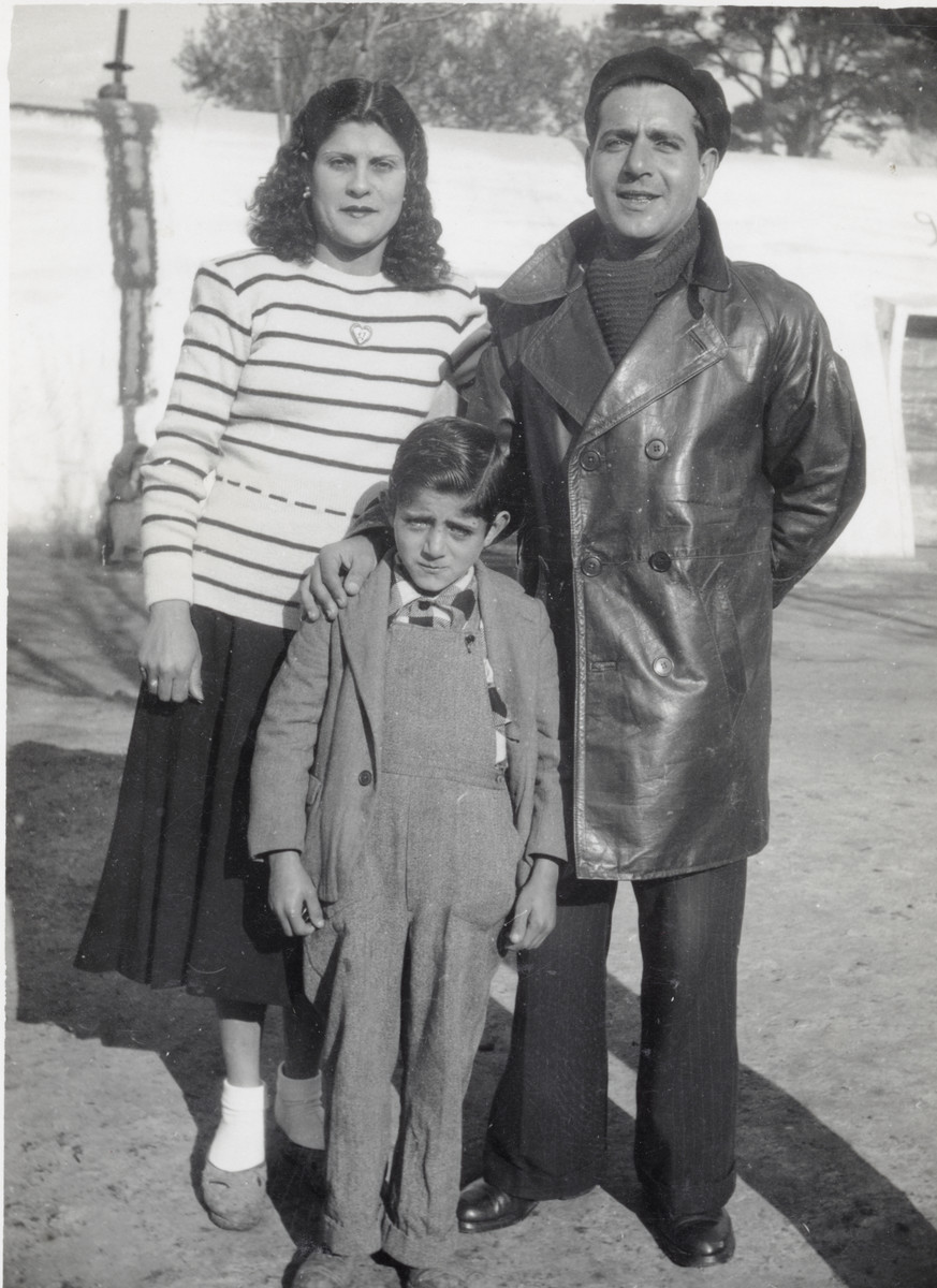 Shimon, his wife, and their son Mordechai wait in Marseilles to immigrate to Israel.