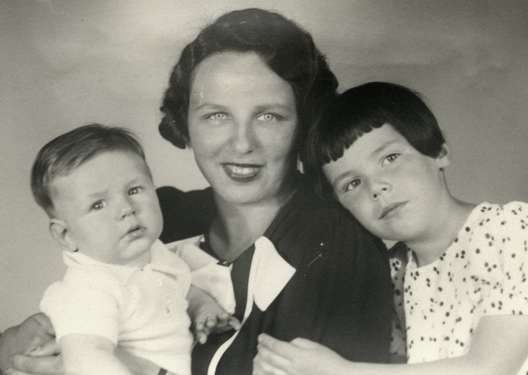 Portrait of a Jewish mother and her children.  Pictured is Josephine Kunstenaar (born Hornman), who married Marion's father's brother, Simon Kunstenaar.  With her are her son Jacky and daughter Mary.  All three perished.