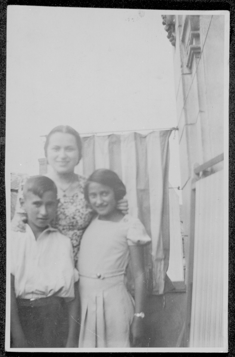 Close-up portrait of Herta Loschinski with her younger siblings Heinz and Ruth.