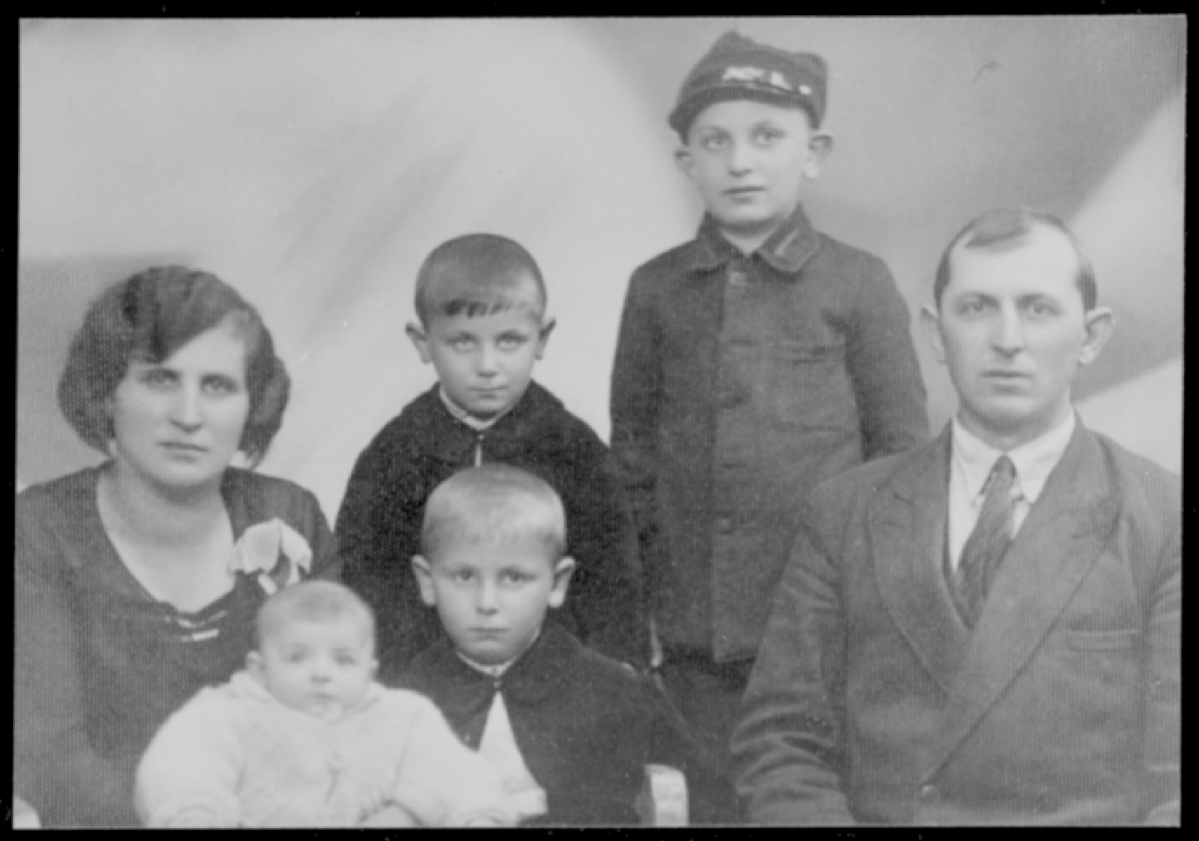 Portrait of Dawid and Marja Cymbler, with their children, Rywka, Icie, Israel Mojsze, and Fajwel.