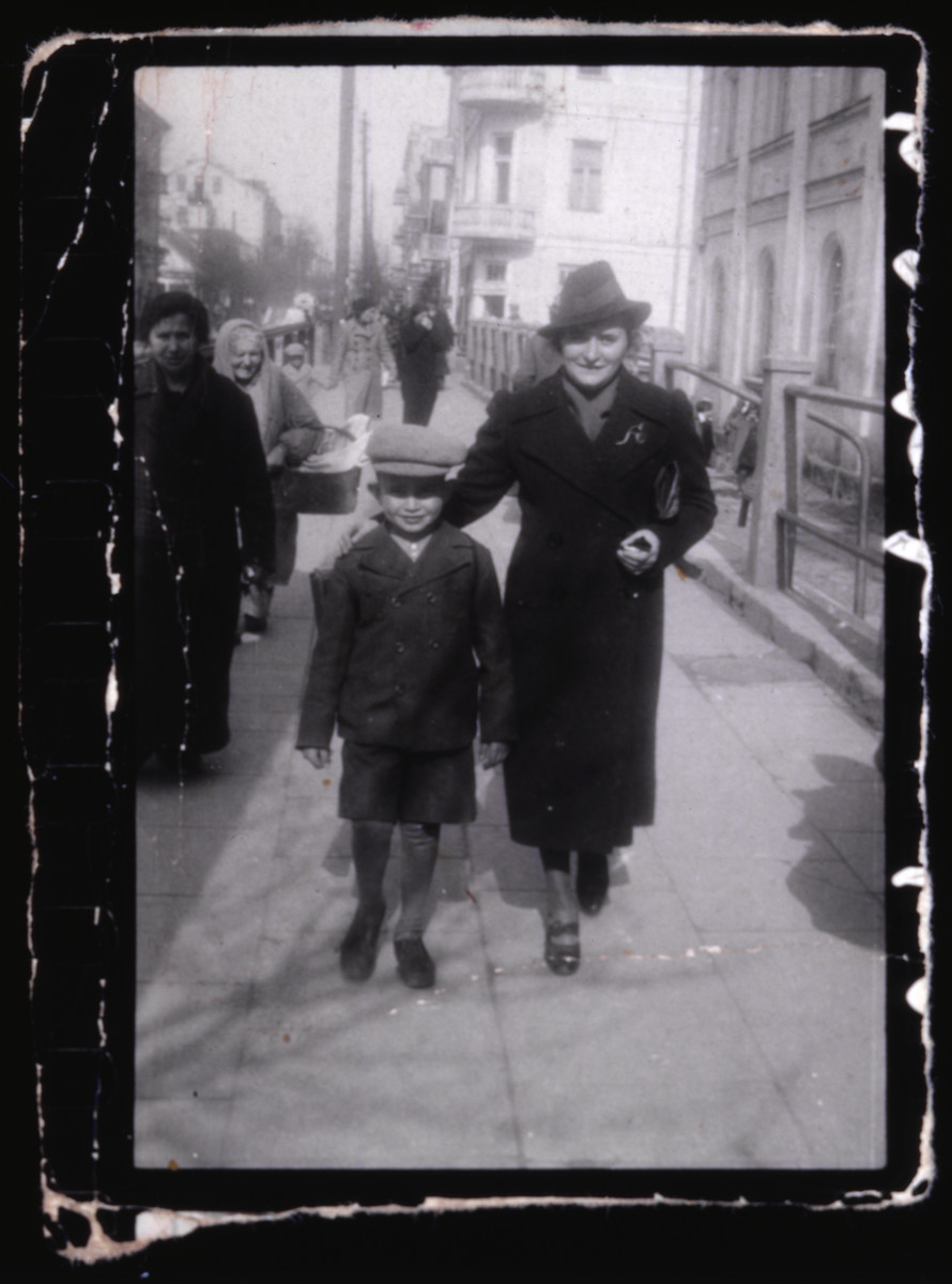 Lejb and Fejgla Melamdowicz stroll down a street in Vilna.