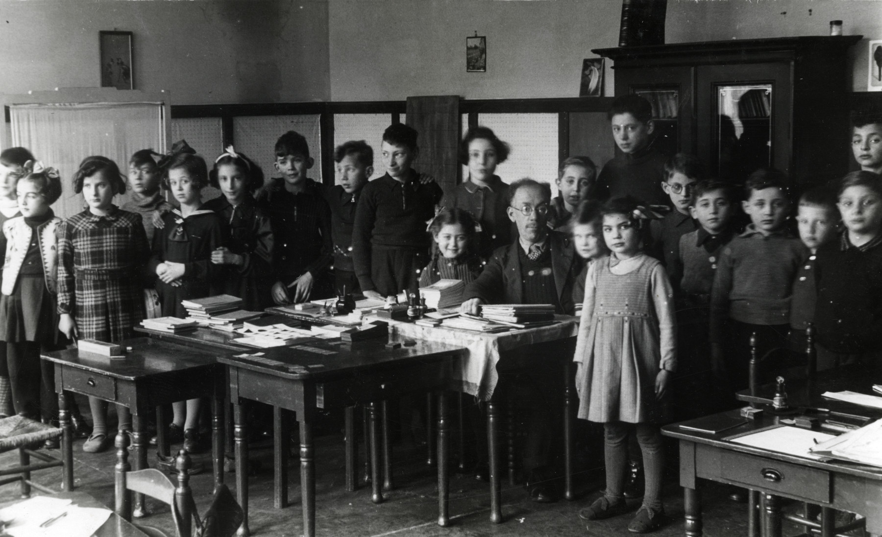 Class photograph of younger children in the Jewish school in Amsterdam.  Among those pictured is Hanan Kisch.  Very few of his classmates survived.