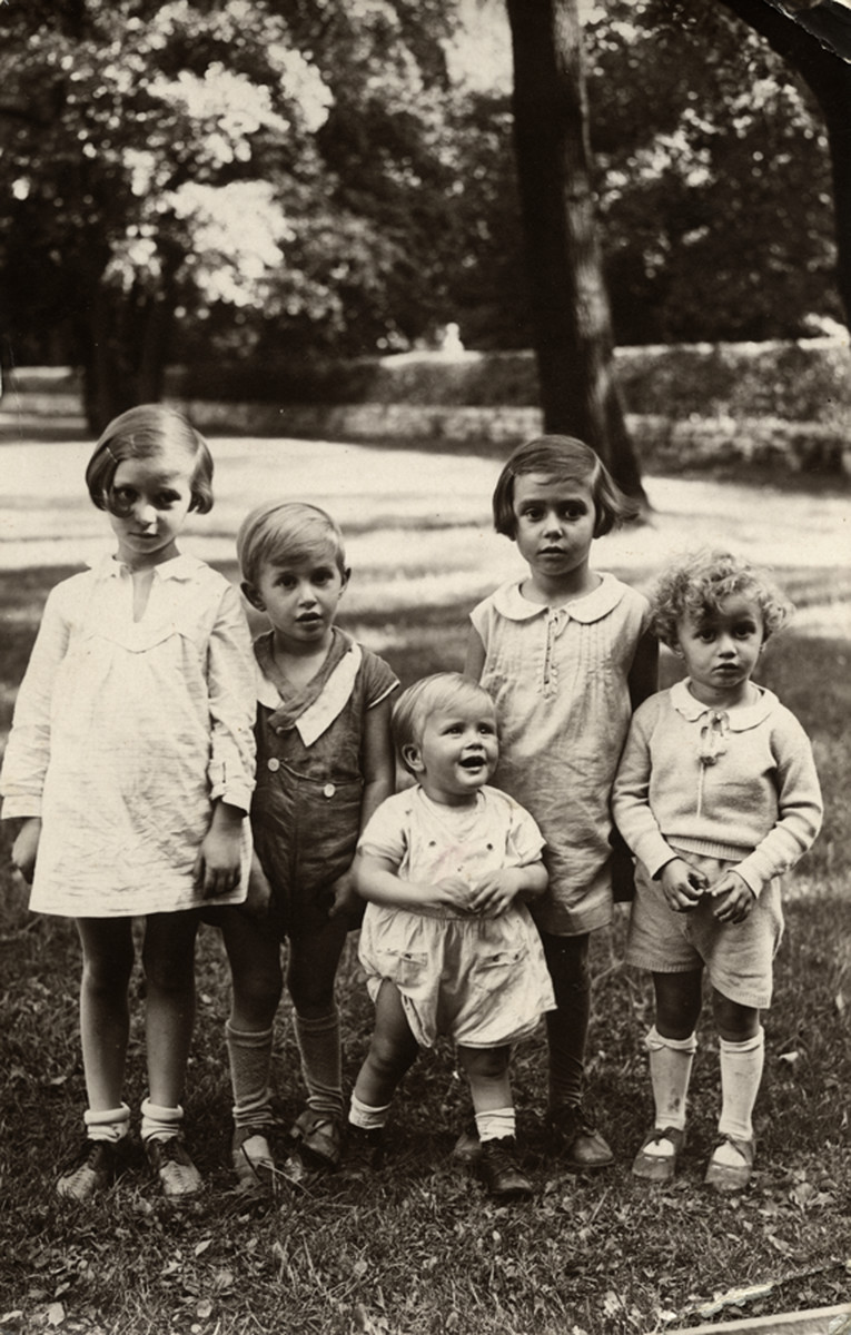The five Birnbaum siblings pose on a grassy lawn in Berlin.  From left to right are Sonni, Yaakov, Susy, Regina and Zvi Birnbaum.