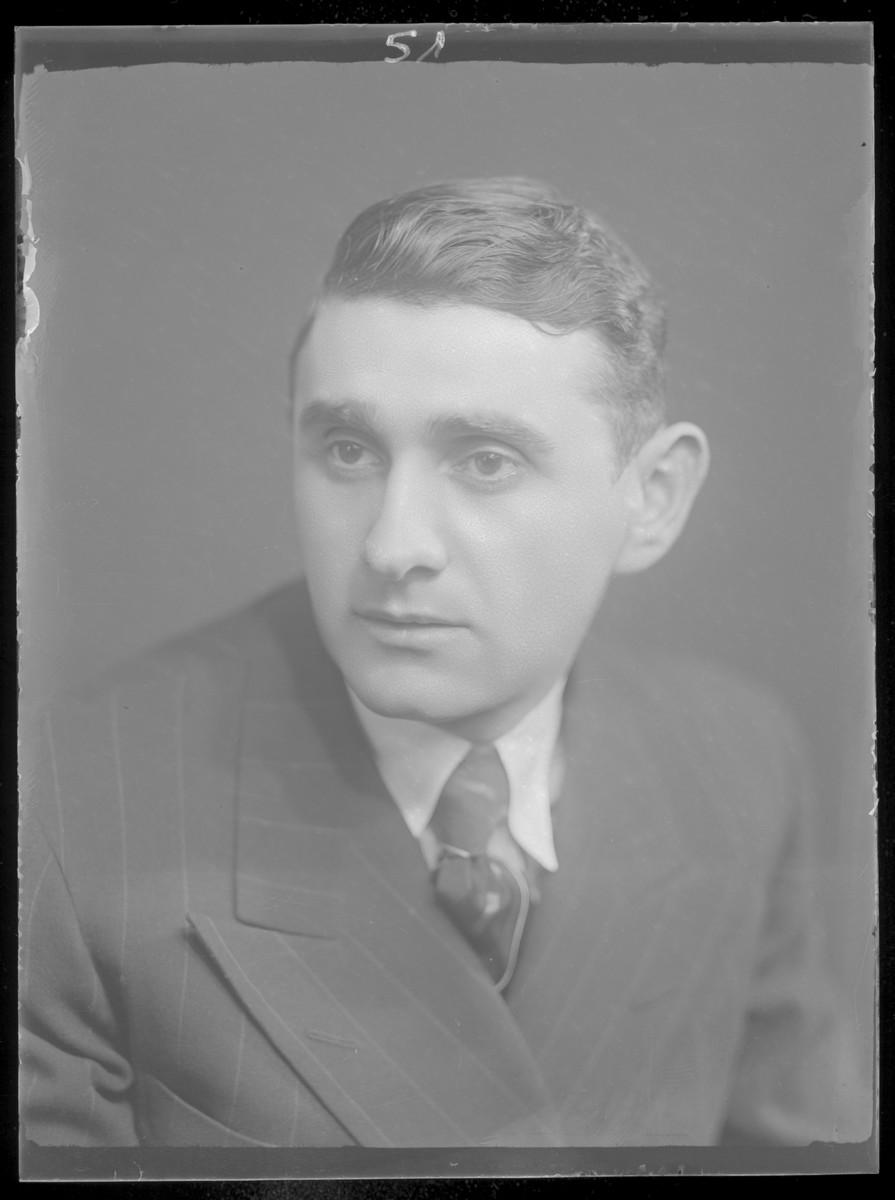 Studio portrait of Ariel Izsak.